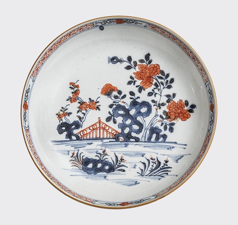 Piatto con decoro Imari cinese Cina, dinastia Qing, tarda epoca Kangxi (1662-1722), 1720-1730 ca. porcellana, blu di cobalto sotto coperta, smalto rosso sopra coperta alt. cm 3,7 diam. cm 20,2 inv. 41200 (dono di Maria Lanieri in ricordo di Giorgio Lanieri e Giusy Romeo, 21.06.2018)